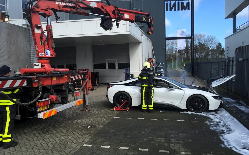 bmw-i8-dropped-into-water-firefighters-3.jpg