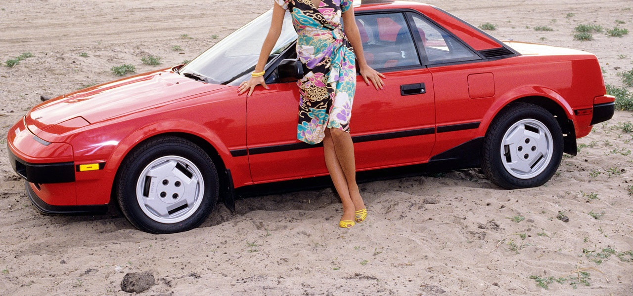 pink-cars-and-retro-girls-will-remind-you-of-the-playboy-lifestyle_12.jpg