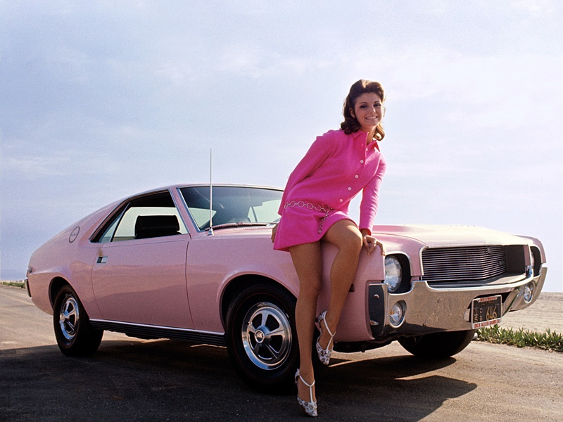 pink-cars-and-retro-girls-will-remind-you-of-the-playboy-lifestyle_1.jpg