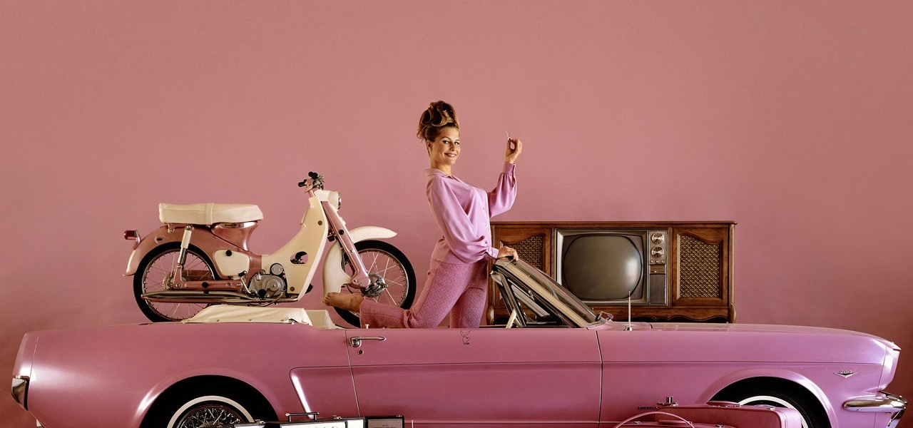 pink-cars-and-retro-girls-will-remind-you-of-the-playboy-lifestyle_4.jpg